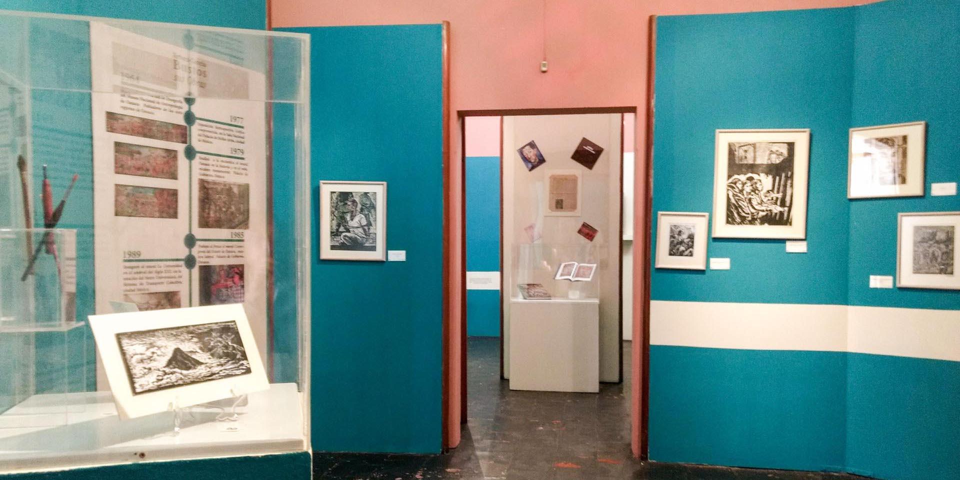 Vista de las dos salas que comprende la Galería de Arte del MUSAC, en los páneles se aprecia la exhibición de grabados del artista mexicano Arturo García Bustos y carteles sobre su trayectoria.