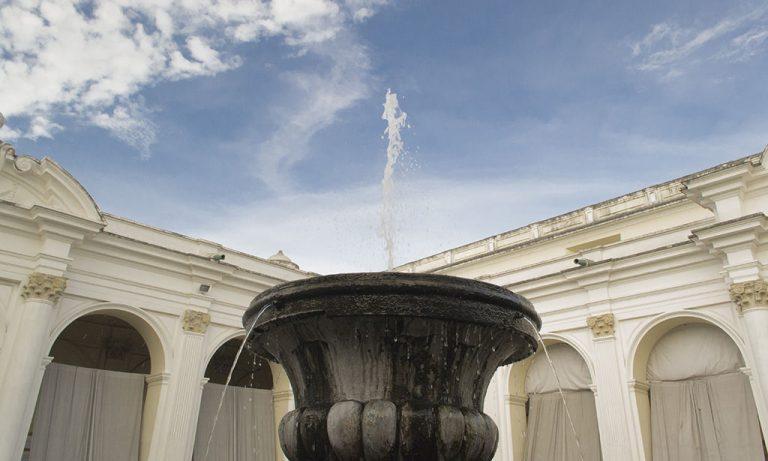 Fuente octagonal de piedra, ubicada al centro del claustro del edificio del MUSAC. De la parte superior brota agua hacia arriba y tiene salidas de agua hacia abajo. La canasta superior de la fuente, simula una concha nácar.