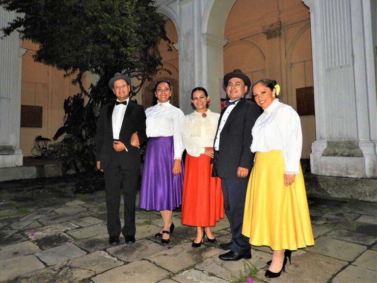"""Grupo de Proyección Folclórica """"Zoel Valdés"""" con trajes a la usanza de los Bailes de Antaño demuestran los ritmos tradicionales del baile en marimba."""