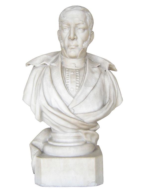 Busto del Dr. Mariano Gálvez esculpido en mármol blanco, su rostro evoca la época de su participación en la Independencia de Centro América.