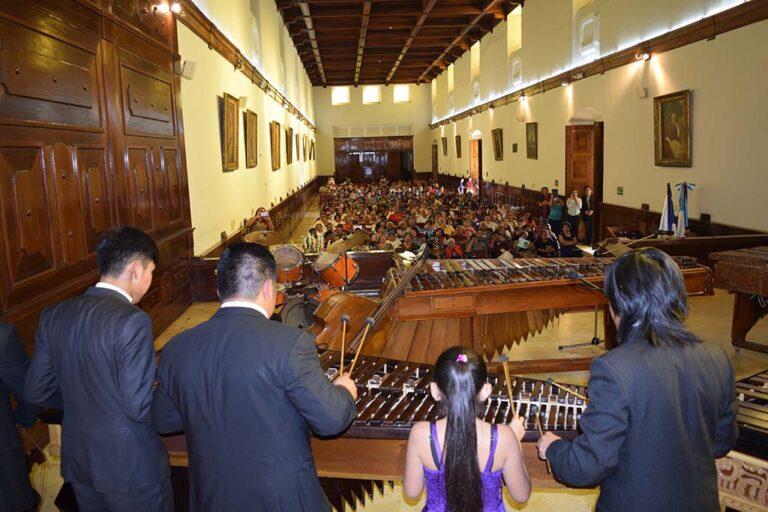 Concierto de Marimba en el Salón Mayor del MUSAC como parte del programa permanente de exaltación a la marimba. Se aprecia el recinto con lleno total de público amante de la música de marimba.