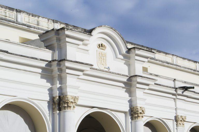 Escudo Real y Pontificio ubicado en el frontón oriente del edificio del MUSAC.