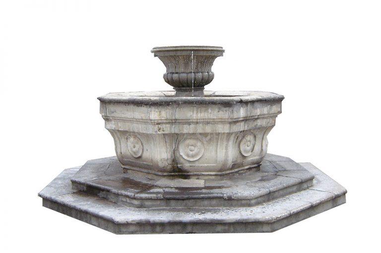 Fuente octagonal, ubicada al centro del claustro del edificio del MUSAC. En cada lado de la canasta inferior posee unos rosetones en alto relieve.