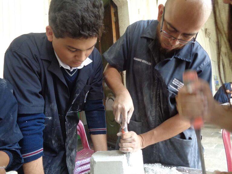 Taller de escultura: tallado en yeso, el artista dirige al participante en el proceso de creación de una obra.