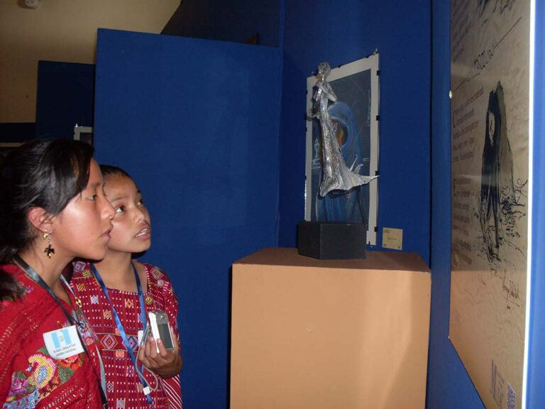 Visita guiada dirigida a nivel primario mediante la cual se favorece la apreciación de los objetos museables ejercitando los procesos de observación, atención, asociación y reflexión con temas históricos, culturales o artísticos